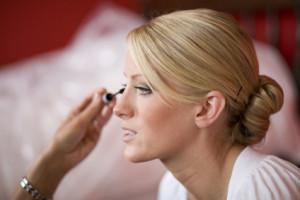 Frau beim schminken für eine Hochzeit